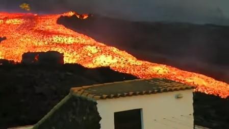 A casi un mes de la erupción de este volcán sigue arrojando lava y cenizas