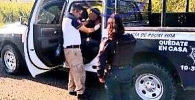 Deambulando por la carretera localizan a una mujer que había sido privada de su libertar